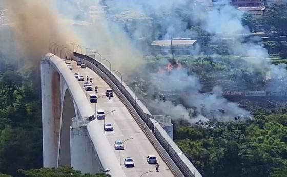 Incêndio atinge vegetação nas proximidades da Ponte Internacional da Amizade