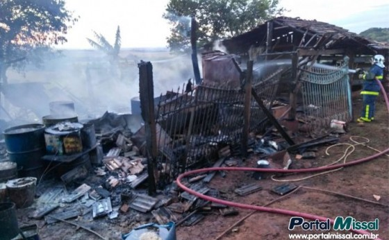 Incêndio destrói barracão no interior de Missal