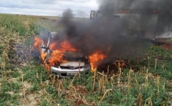 Indivíduos abandonam e incendeiam veículo no interior de São Miguel do Iguaçu