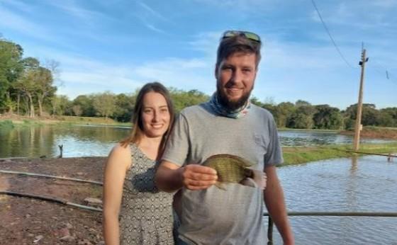 Jovem casal deixa a cidade e vai para o campo apostar na piscicultura em Missal
