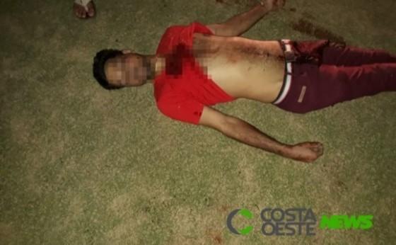 Homem morre no hospital após ser baleado na praça, no centro da cidade de Itaipulândia