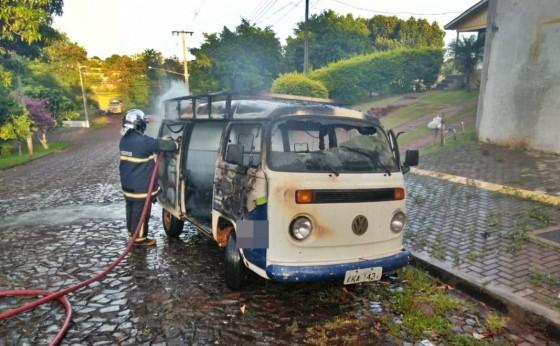 Kombi pega fogo em movimento e Bombeiros são acionados em São Miguel