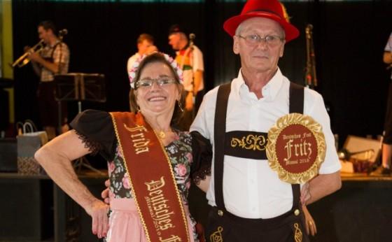 Lúcia Mergen e Afonso Henzel são eleitos Casal Fritz e Frida da 18ª Deutsches Fest