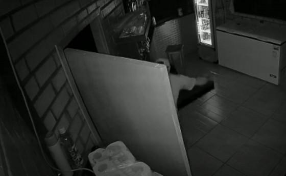 Mais de 3 mil reais e bebidas são furtados de Boate em Santa Helena; confira vídeo da ação