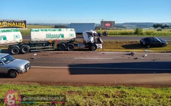 Medianeira: Dois caminhões e veículo se envolvem em acidente na BR 277