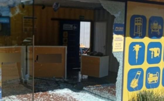Medianeira: PM prende homem que destruiu porta de empresa com veículo