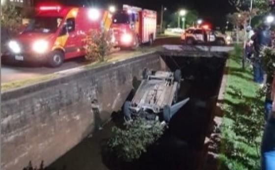 Medianeira: Veículo cai em canal de rio próximo à prefeitura