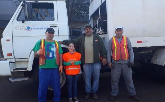 Menina de oito anos realiza o sonho de trabalhar na coleta de lixo em São Miguel do Iguaçu