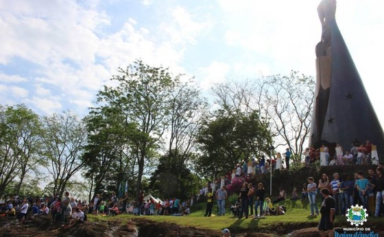 Milhares de fiéis fazem caminhada até o monumento em honra a Nossa Senhora Aparecida