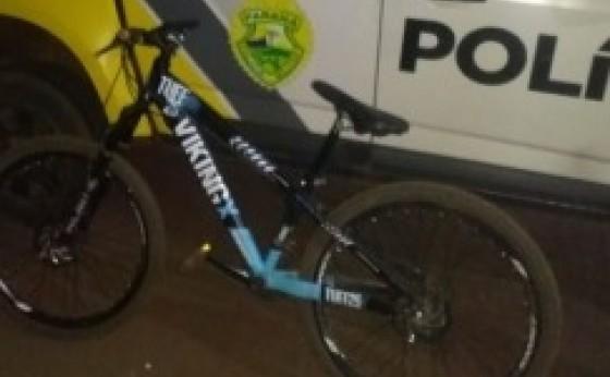 Missal: ao ter bicicleta recuperada, menino abraça policiais para agradecer o rápido trabalho