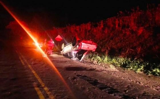 Missal e Itaipulândia: Toyota Hilux capota após colidir contra barranco na PR 488