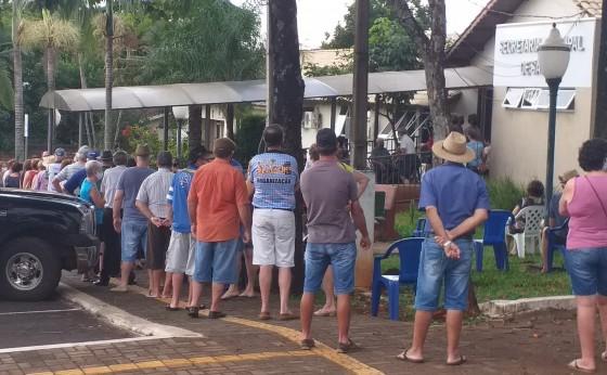 Missal registra aglomeração de idosos em fila para retirada de senha para vacina contra Covid-19