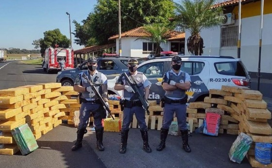 Missal/São Paulo: Polícia apreende mais de uma tonelada de maconha em fundo falso de caminhão