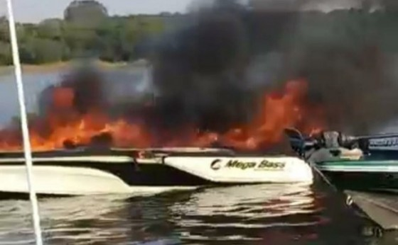 Mistério: Do nada, lancha pega fogo depois de sair das Marinas Santa Helena. Há feridos