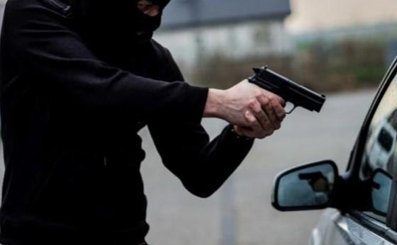 Morador de Medianeira é levado como refém em assalto e bandidos capotam com veículo da vítima