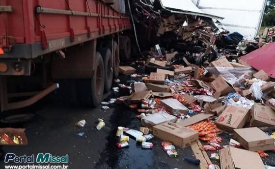 Moradores de Santa Helena e Mercedes morrem em colisão frontal entre carreta e caminhão