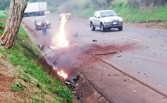 Moto com placa de Medianeira explode e piloto morre após colisão com caminhão na PR-585