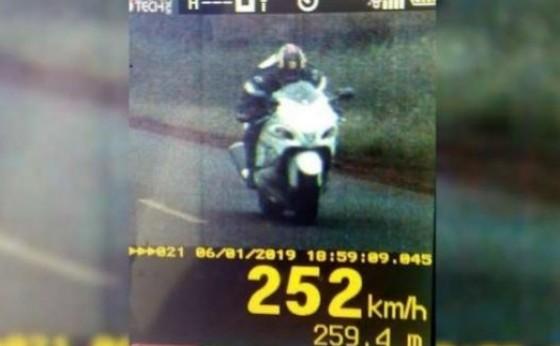 Motociclista é flagrado a 252 km/h na PR 497, em Itaipulândia