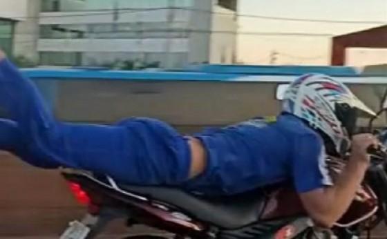 """Motociclista é flagrado fazendo """"superman"""" na BR-277, em Medianeira"""