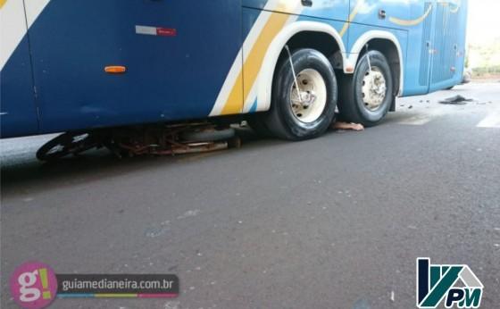 Motociclista morre após colidir em ônibus e ser atropelado no centro de Medianeira