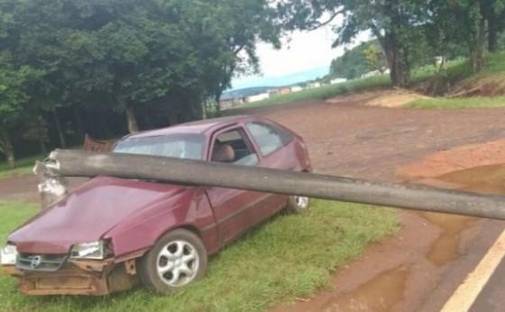 Motorista embriagado derruba poste e deixa rodovia interditada em Agro Cafeeira