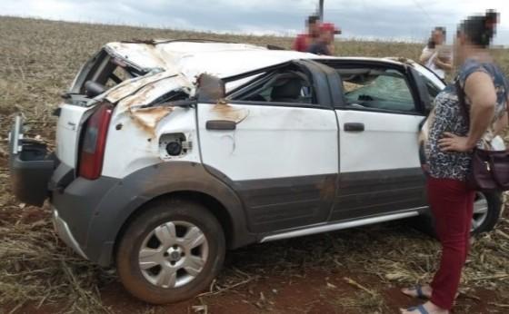 Mulher é socorrida após capotamento de veículo na rodovia PR 495