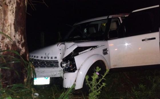 Mulher é socorrida após veículo colidir em árvore no interior de São Miguel