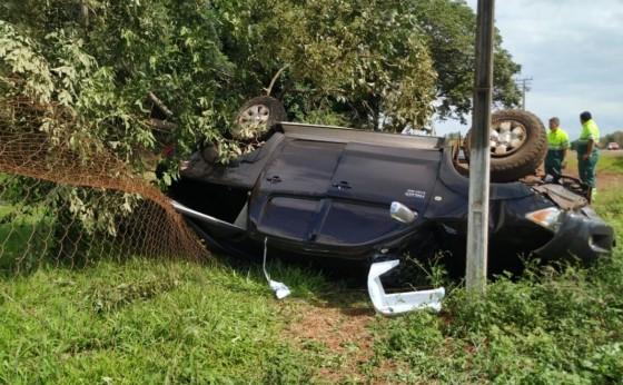 Mulher perde controle da direção, derruba árvore e capota Hilux na BR 277, em São Miguel do Iguaçu