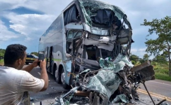 Ônibus bate na traseira de bitrem de Missal