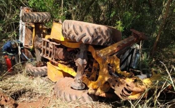 Operador é socorrido após tombar retroescavadeira no interior de Santa Helena