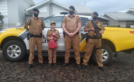 Polícia Militar de Missal presenteia fã da Polícia com farda Militar