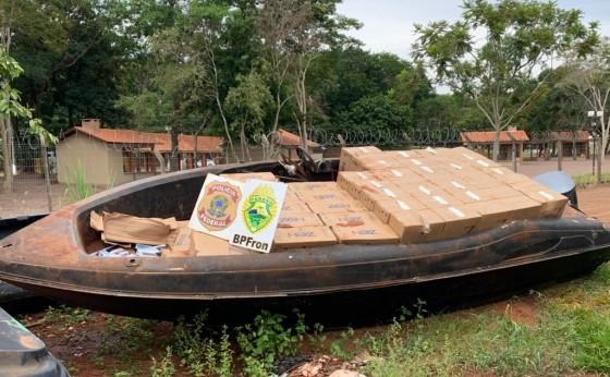 Policiais Militares apreendem F4000 e embarcação carregados com cigarros paraguaios na região
