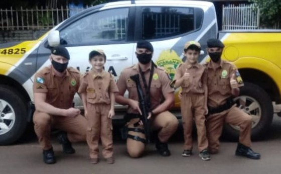 Policiais militares de Missal entregam farda infantil para crianças