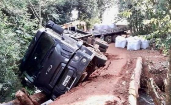 Ponte de madeira cede e caminhão fica pendurado