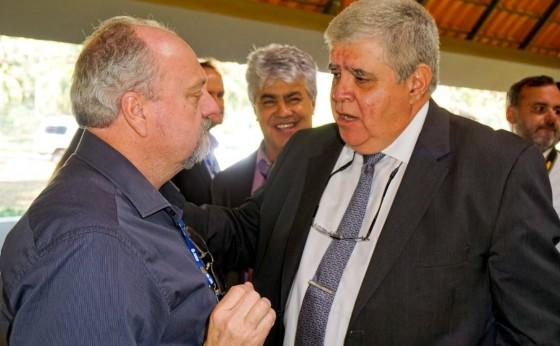 Prefeito Maneco assina contratos de repasses da União para o município em Assembleia da Amop