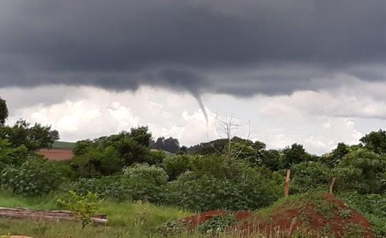 'Princípio de tornado' perto da Ferroeste, em Cascavel, impressiona