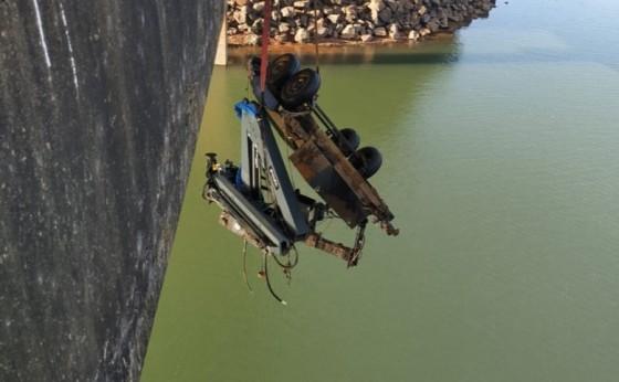 Reboque que caiu de ponte no Rio São Francisco Falso em Santa Helena é retirado