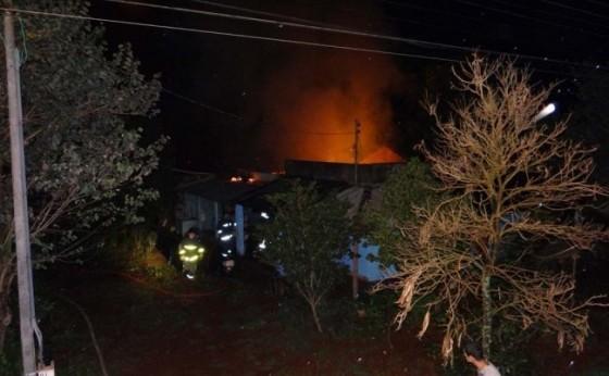 Residência é consumida pelo fogo no distrito de São Clemente em Santa Helena