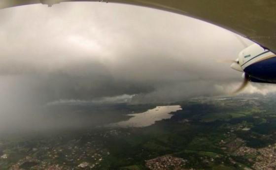 Sanepar da um empurrãozinho nas nuvens para que chova com ajuda de avião