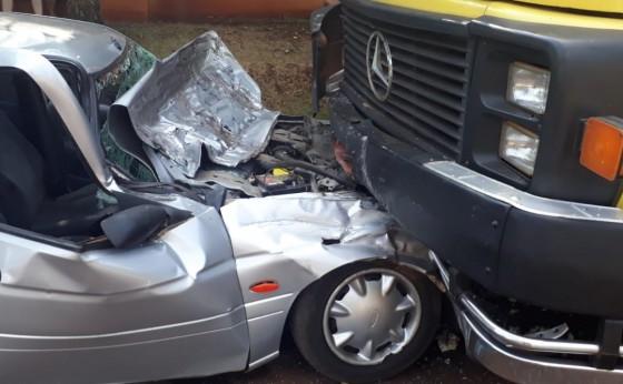 Serranópolis: Motorista fica ferido após colidir com veículo em caminhão estacionado