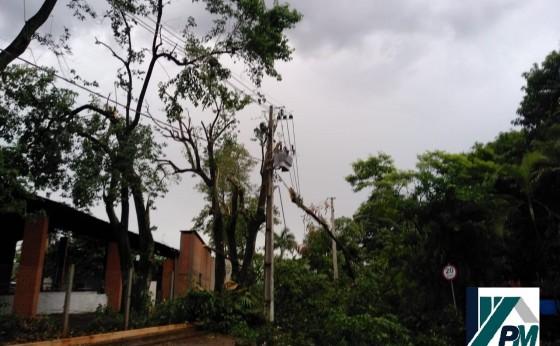 Vendaval causa estragos no Balneário Jacutinga em Itaipulândia