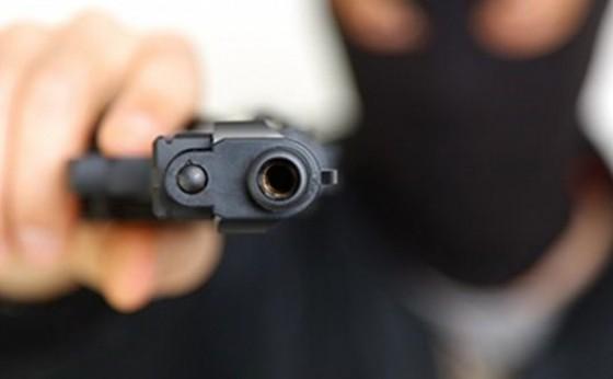 Trabalhador é rendido por homens armados e tem caminhonete e bens roubados no interior de São Miguel