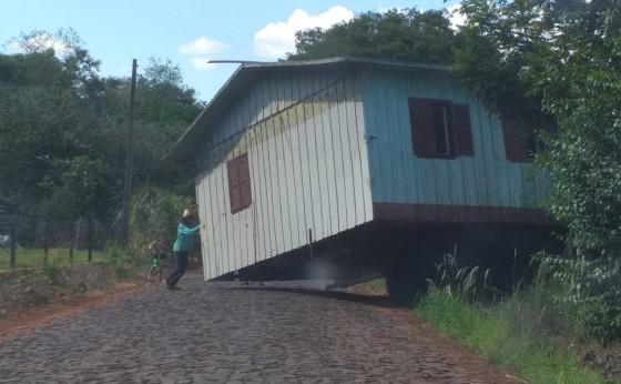 Transporte de casa de madeira chama atenção e curiosos param para observar em Missal