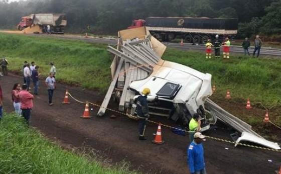 Três caminhões batem e motorista morre embaixo de postes em Céu Azul