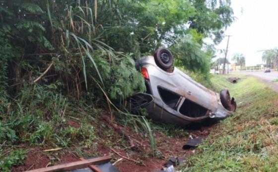 Veículo abandonado em acidente é recolhido pela PRE em Santa Helena; homem diz ter sido esfaqueado
