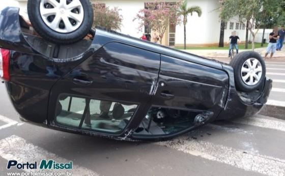 Veículo capota após grave acidente em cruzamento no centro de Medianeira