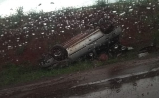 Veículo capota na PR 495 mulher e criança foram socorridas