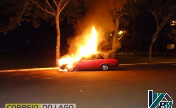 Veículo é tomado pelo fogo no balneário de Santa Helena