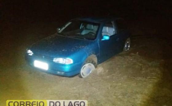 Veículo fica atolado ao dar voltinha na beira do lago na praia de Santa Helena
