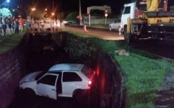 Veículo Gol cai em rio próximo à Prefeitura de Medianeira